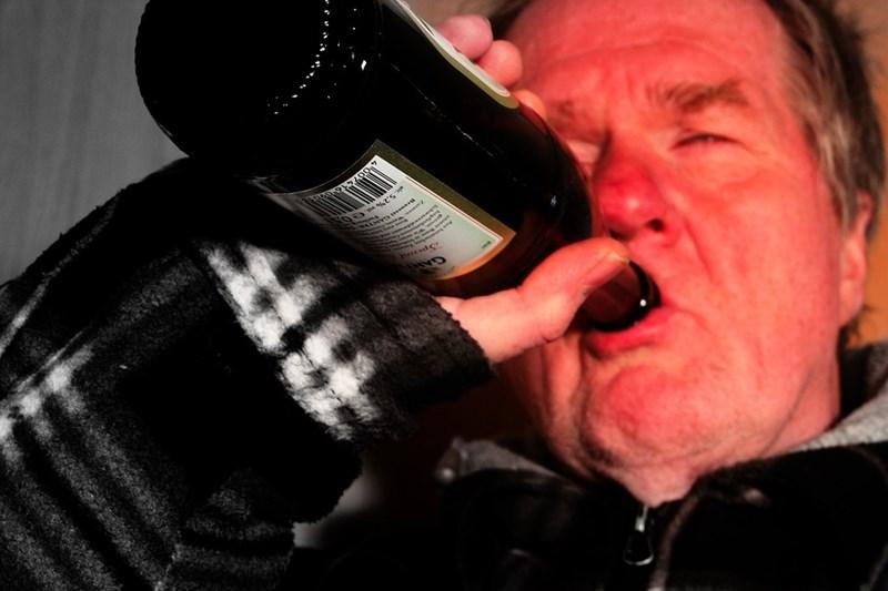 В Англия мъжете, живеещи в най-бедните райони, са четири пъти по-склонни да умрат от алкохол от тези в най-богатите.