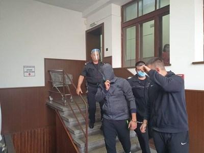 Синът на Лерца (вляво) криеше лицето си от камерите