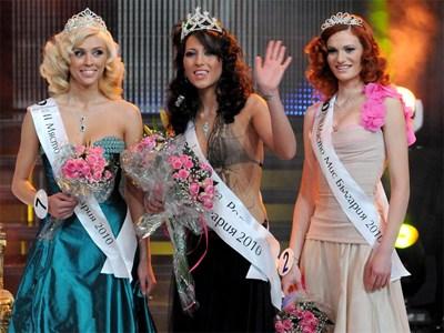 Първата подгласничка Яна Чинкова, Ромина Андонова - Мис България 2010 и втората подгласничка Зорница Стойчева (от ляво на дясно) Снимка: Булфото