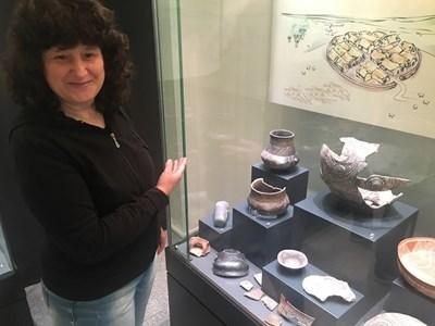 Археоложката Росица Миткова показва находки отпреди 7000 г. СНИМКА: Радко Паунов