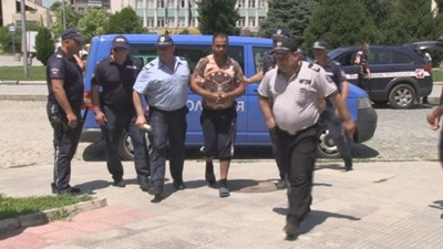 Полицаи водят Валенти Маринов в съда през 2017 г. СНИМКА: Росен Моллов/архив