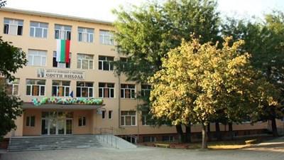 Изпитът по математика без формули е проведен в тази сграда. СНИМКА: Архив