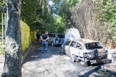 Пламъците по опела на Минеков (отзад на снимката) се прехвърлили от друга кола.  СНИМКА: БГ ОН ЕЪР