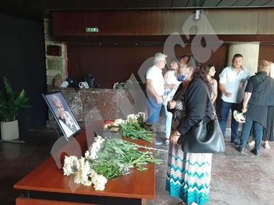 Валя Балканска изпрати дългогодишната си приятелка и колежка Христина Лютова със сълзи на очи. СНИМКИ: Авторът