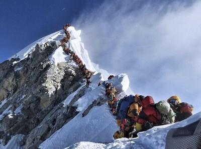 Така изглеждаше опашката по пътеката към Еверест през 2019 г.