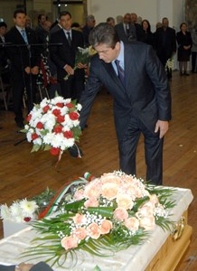 При сбогуването с Георги Китов пред Археологическия музей се изви дълга опашка. На снимката - Георги Първанов