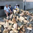 Хора чакат по списъци, за да си купят дърва, въпреки че и те поскъпнаха.