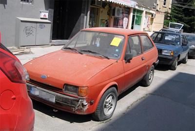 Собствениците на излезли от употреба автомобили, като този в центъра на София, имат 3 месеца срок да ги преместят доброволни. СНИМКА: Пиeр Пeтров