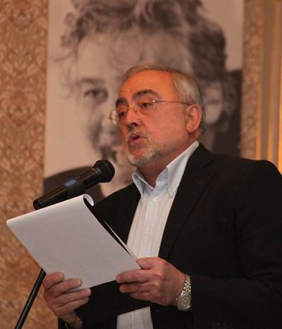 Директорът Мариус Донкин като син на свещеник е убеден, че водосветът гони лошите енергии от театъра.