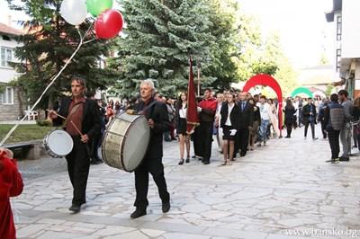Абитуриентите от Банско преминаха през 12 красиви арки. Поздрави ги кметът Георги Икономов. СНИМКИ: ОБЩИНА БАНСКО