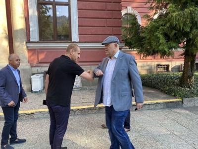 Главният прокурор Иван Гешев се поздравява с кмета на Кюстендил Петър Паунов с докосване на лакти, за да спазят противоепидемичните мерки.  СНИМКИ: ПРОКУРАТУРАТА
