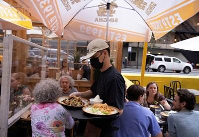Ресторантите в Ню Йорк ще искат вече доказателства от клиентите, че са ваксинирани, за да ги обслужват. Същото важи за фитнес салони и бизнеси на закрито.  СНИМКА: РОЙТЕРС