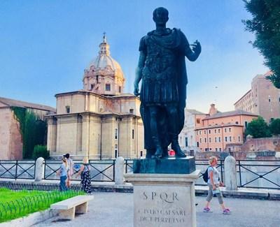 Паметникът на Юлий Цезар в Рим СНИМКИ: АВТОРЪТ