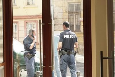 """Полиция пред редакцията на """"24 часа"""" след сигнала за бомба СНИМКА: Десислава Кулелиева"""