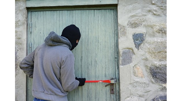19-годишен открадна 10 000 лева от дома на възрастен мъж