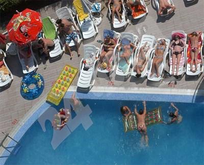 Повечето хотели осигуряват шезлонг и чадър само на собствения си басейн. СНИМКА: 24 часа
