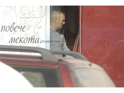 """Калин Кьосев излиза от офиса си, за да провери кафемашината на входа на магазина. СНИМКИ: ИВАЙЛО ДОНЧЕВ, ТОНИ ПЕЛТЕКОВА И """"24 ЧАСА"""""""