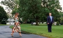 Мелания Тръмп замина за Великобритания с рокля на лондонски мотиви (Снимки)
