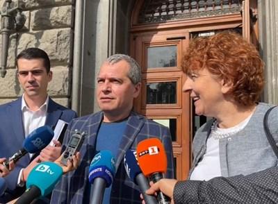Тошко Йорданов и Виктория Василева внесоха 3700 подписа за регистрацията на ИТН за парламентарните избори.