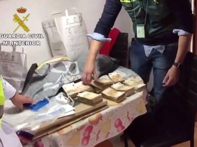 Част от парите открити при акцията на испанската полиция. СНИМКА: Тв Екран