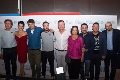 """Евтим Милошев (в средата) заедно с актьорския екип на """"Откраднат живот"""" СНИМКА: Нова тв"""