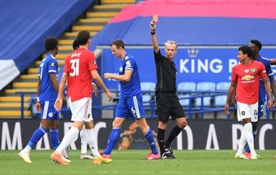 """Джони Евънс получава червен картон срещу бившия си тим """"Манчестър Юнайтед"""". СНИМКА: РОЙТЕРС"""