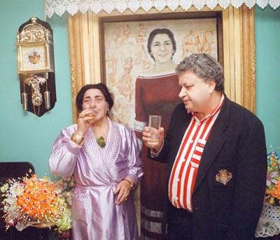 Леля Магда пие шампанско с Иван Качов, за да му благодари за облекчението от болките. СНИМКА: ЛИЧЕН АРХИВ