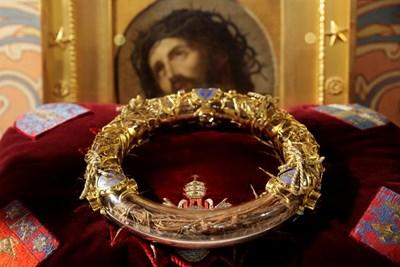 Най-важната е свещената корона, която е изработена от тази от тръни на Исус Христос с която е разпрат на кръста. Тук е снимана през 2014 г. СНИМКИ: РОЙТЕРС