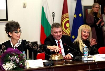 Проф. Снежана Башева и ректорът на УНСС проф. Димитър Димитров откриха юбилейната конференция, удряйки по традиция звънец. СНИМКА: СНИМКА: ВЕЛИСЛАВ НИКОЛОВ