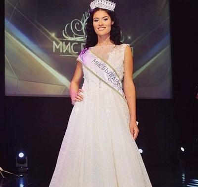 Джулиана с короната на Мис България Глоуб 2020
