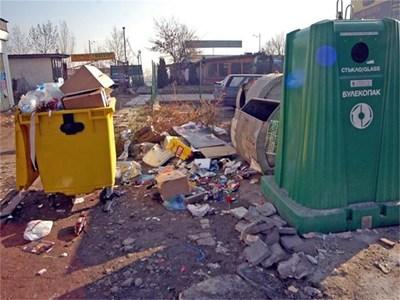 """С промени в наредбите екоминистерството планира да забрани на организациите, които събират отпадъци разделно, да изтеглят кофите си. СНИМКА: """"24 ЧАСА"""