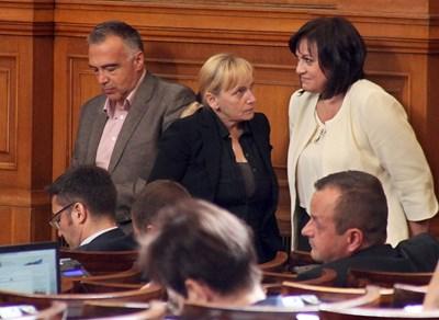 Соцлидерката Корнелия Нинова ще трябва да измисли начин да компенсира финансово депутатите си, след като им бъдат орязани заплатите заради отсъствия от пленарната зала.