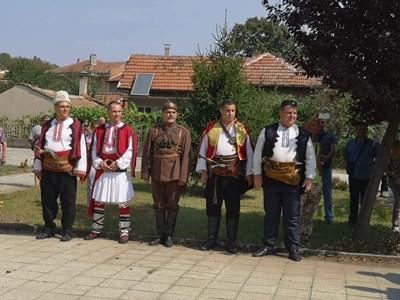 Вицепремиерът Красимир Каракачанов и евродепутатът Ангел Джамбазки в народни носии на комитския събор в с. Червена вода.  СНИМКА: ВМРО