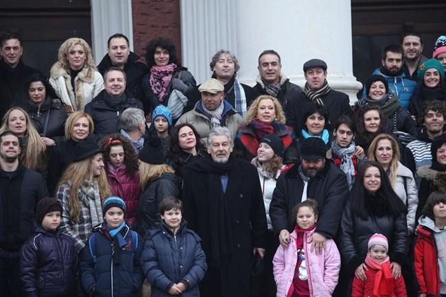 Мастера събра своите студенти от 8 класа и техните деца, които обяви за свои внуци, на обща среща. СНИМКА: ЙОРДАН СИМЕОНОВ