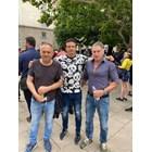 """лександър Стефанов -Пинокио (в средата) от бившата  ВИС-2 демонстрира протестен аутфит - тениска  """"Долче и Габана"""" за 210 евро."""