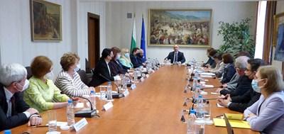Президенътт Румен Радев изслуша 15-те, номинирани от партиите за ръководство и членове на новата ЦИК.  СНИМКА: РУМЯНА ТОНЕВА