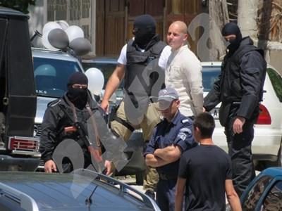 Снимка от ареста на Марин( с бялата риза) Снимка: Авторът СНИМКА: 24 часа