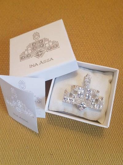 """Брошката е изработена от сребро и камъни """"Сваровски"""" от дизайнерката Ина Асса."""