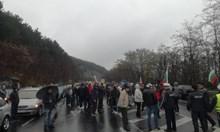 Над 300 коли блокираха пътя за Гърция край Кърджали (Снимки)