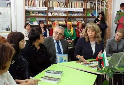 Илияна Йотова с Димитър Тучков, генерален консул на България в Одеса, и кметицата на село Заря Виктория Райчева (двамата отляво на вицепрезидента)