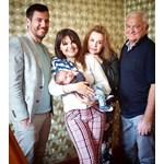 Илиян Любомиров, Петя Дикова, Аня Пенчева и Сашо Диков с бебето СНИМКА: БИ ТИ ВИ