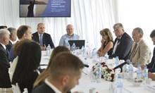 Вместо да е в ареста, Еленко Божков се кипри до президента на заседание на съвета