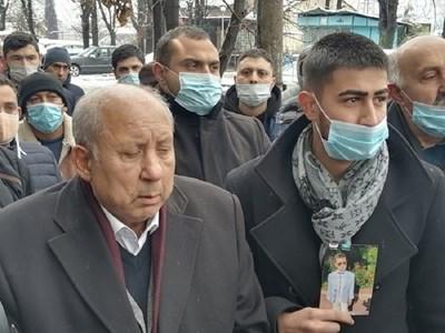 Ексдепутатът Тома Томов (вляво) със сина си Борислав, който държи снимка на убитото момче.