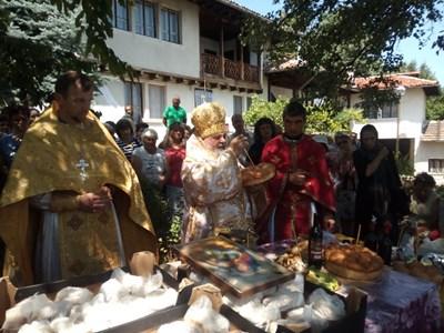 Митрополит Григорий води празничната служба в манастира