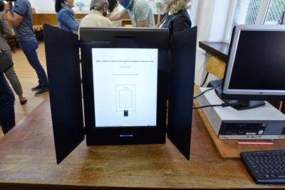 Едно от петте експериментални гласувания с машина. СНИМКА: ЙОРДАН СИМЕОНОВ