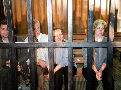Нася Ненова (вдясно) с д-р Здравко Георгиев и Кристияна Вълчева в клетка в съдебната зала в Бенгази. СНИМКА: ГЕОРГИ МИЛКОВ