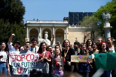 Известната по цял свят млада активистка Грета Тунберг на протест заедно с нейни привърженици в Рим СНИМКА: РОЙТЕРС