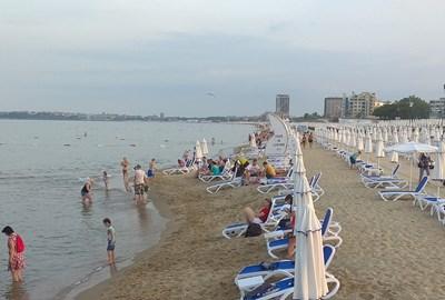 Така изглежда плажът на Слънчев бряг следобед въпреки юлските жеги.