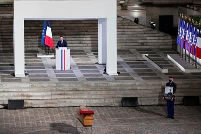 Eманюел Макрон говори пред ковчега на убития Самюел Пати. СНИМКА: РОЙТЕРС
