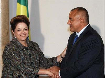 Премиерът Бойко Борисов демонстрира познания по невербална комуникация при посрещането на президента на Бразилия Дилма Русеф. Със задържането на ръката на гостенката между дланите си той демонстрира близост и сърдечност.  СНИМКА: ЙОРДАН СИМЕОНОВ